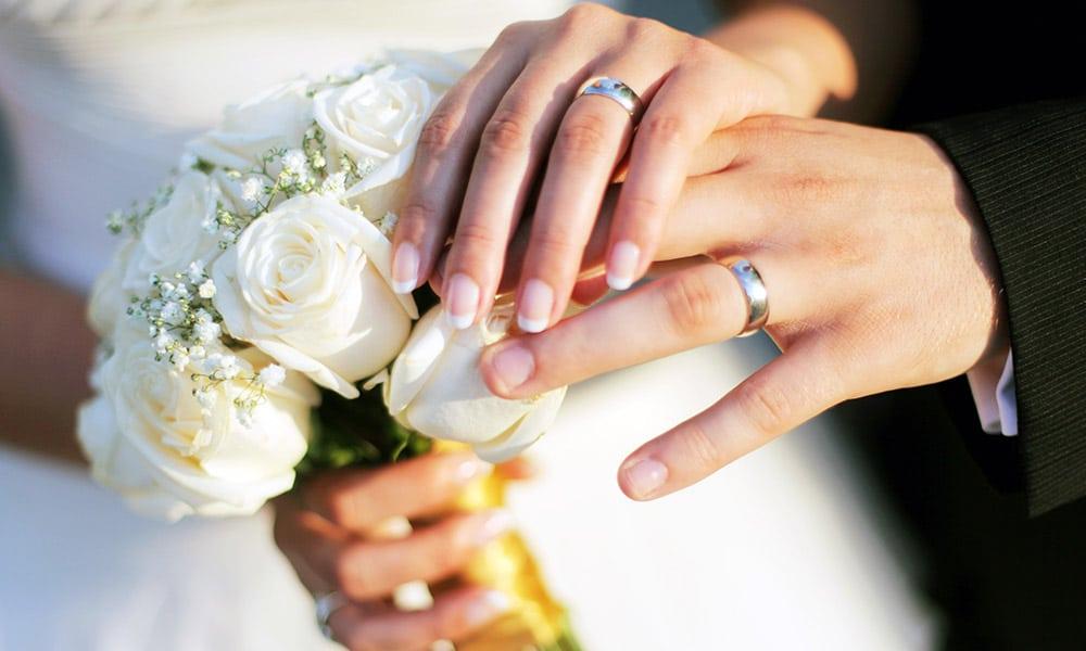 Bröllop - händer med ringar